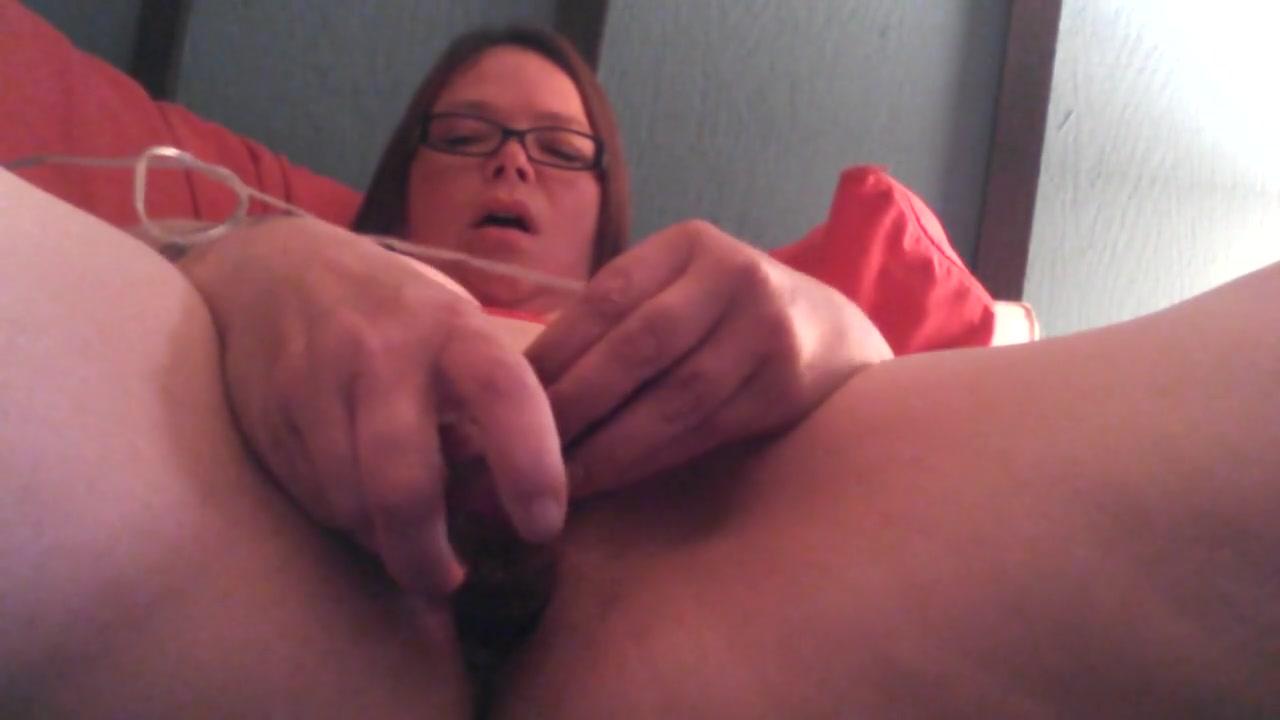 Крупным планом домашняя мастурбация зрелой толстухи по вебкамере