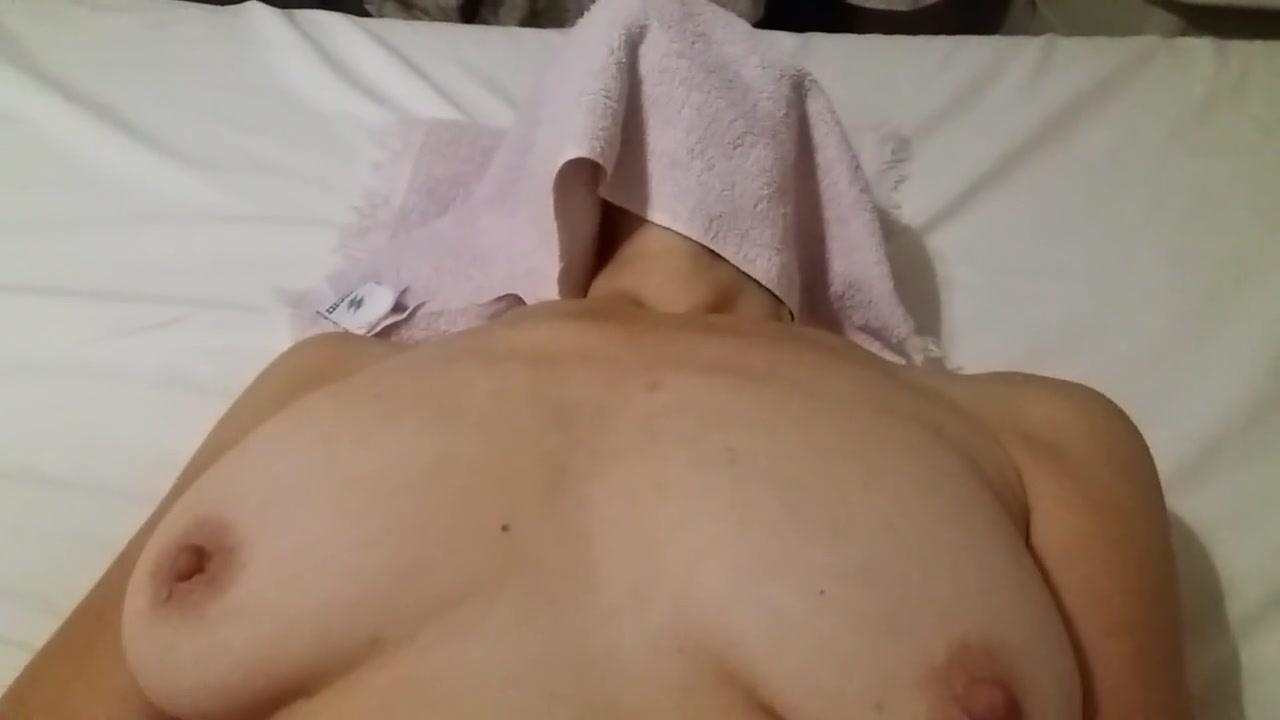 Зрелая развратница с волосатой киской занялась домашней мастурбацией