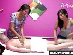 В массажном салоне домашний секс втроём с грудастыми азиатками