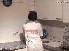 Ухажёр после домашнего минета лижет мокрую киску зрелой брюнетки