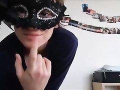 Француженка мастурбирует волосаты анал перед любительской вебкамерой
