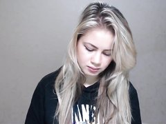 Блондинка по домашней вебкамере показывает большие сиськи и круглую попу
