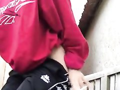 Молодая шлюха перед любительской вебкамерой мастурбирует киску и анал