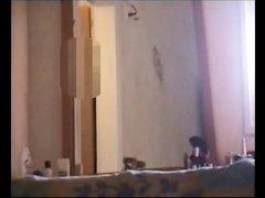 Подглядывание за зрелой домохозяйкой оголившей большие сиськи и попу