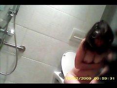 Подглядывание за зрелой домохозяйкой обнажившей сиськи и волосатую киску