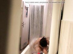 В ванной домашняя скрытая камера снимает привлекательную брюнетку