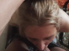 Крупным планом минет с окончанием в рот связанной зрелой блондинки