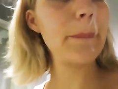 Удачный домашний минет с окончанием на лицо блондинки в примерочной