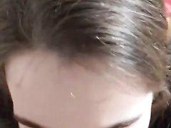 Зрелая брюнетка делая любительскую глубокую глотку сосёт большой член