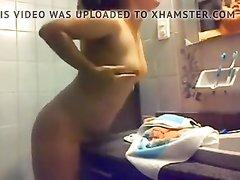 Любительское подглядывание за мастурбацией брюнетки в ванной