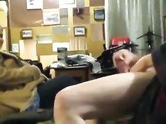 Зрелый чувак дрочит член до окончания перед домашней скрытой камерой
