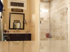 Любительское подглядывание за молодой грудастой красоткой в ванной