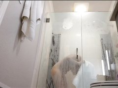 Домашнее подглядывание за зрелой соблазнительницей в ванной комнате
