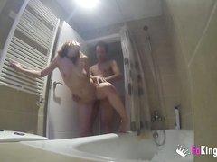 В ванной любительский хардкор с грудастой итальянкой сделавшей минет
