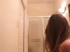 В ванной домашнее подглядывание за красивой молодой брюнеткой