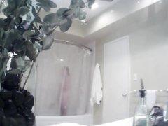 В ванной домашнее подглядывание за грудастой молодой красоткой