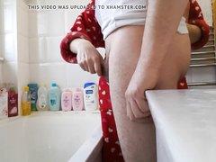 Зрелая домохозяйка в ванной дрочит член поклонника до окончания