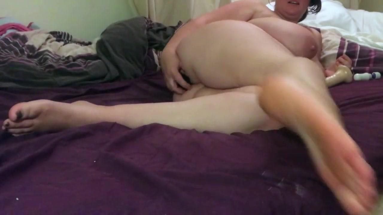 Любительская анальная мастурбация зрелой грудастой толстухи в постели