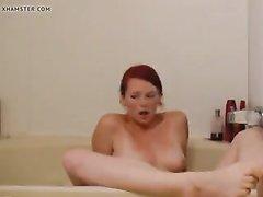Подглядывание за любительской мастурбацией рыжей красотки в ванной