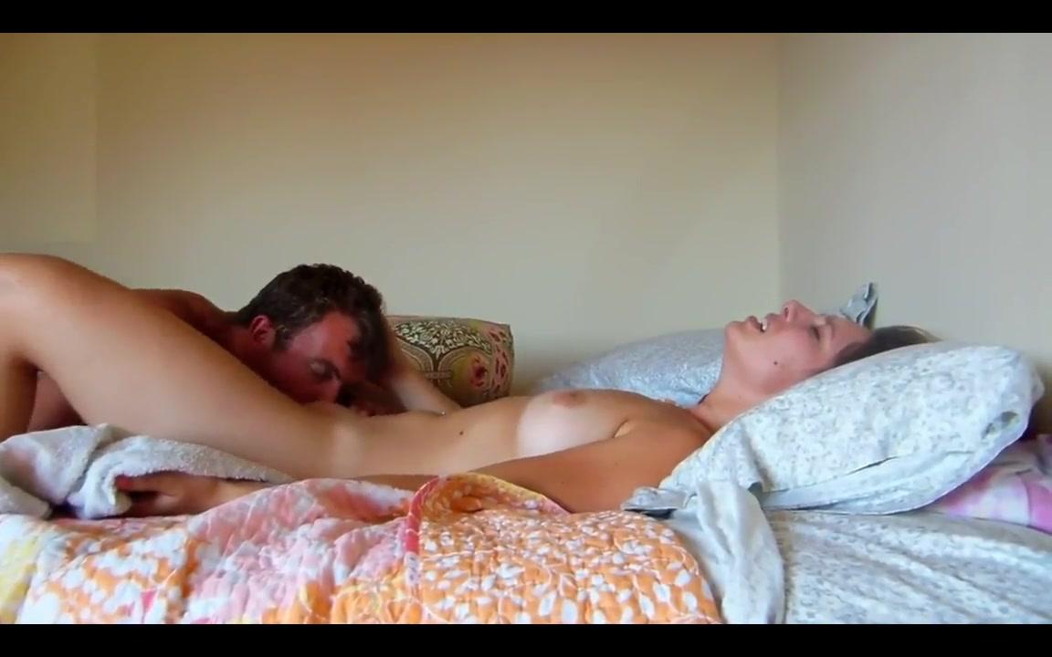 Любовник перед скрытой камерой лижет киску и жёстко трахает соседку