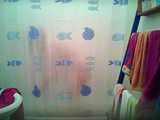 Грудастая дама перед домашней скрытой камерой купается в ванной