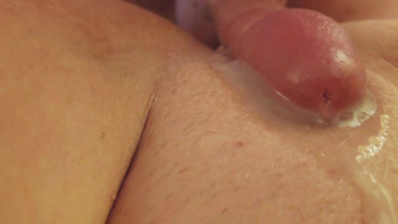 Зрелая толстуха от первого лица трахается с окончанием на бритую киску