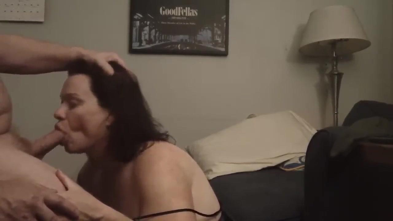 Подглядывание за зрелой шлюхой делающей домашний минет с окончанием в рот