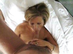 Зрелая блондинка сосёт крепкий член для домашнего окончания на лицо