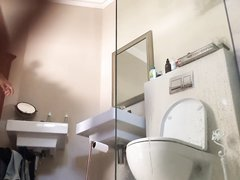 Брюнетка с волосатой киской купается перед домашней скрытой камерой