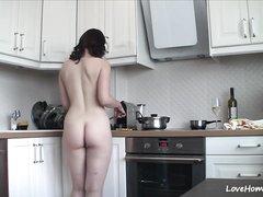 Молодая блудница перед любительской вебкамерой ходит голой на кухне