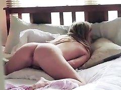 Подглядывание за любительской мастурбацией красотки с круглой попой