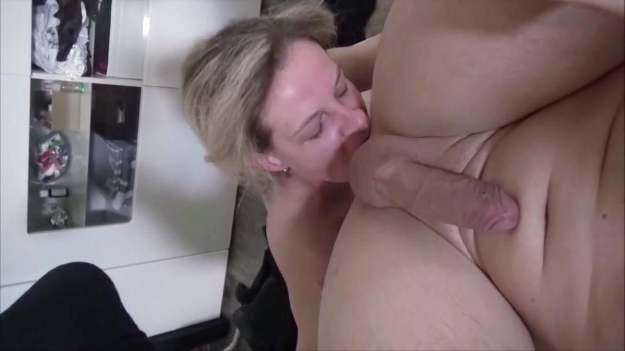Зрелая блондинка лижет попу и сосёт член для домашнего окончания на лицо