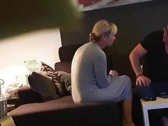 Зрелая блондинка перед домашней скрытой камерой сосёт и дрочит член