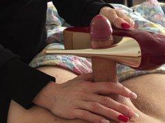 Искушённая зрелая любовница дрочит член с окончанием на туфлю