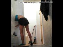 Домашнее подглядывание за худощавой блондинкой в ванной комнате