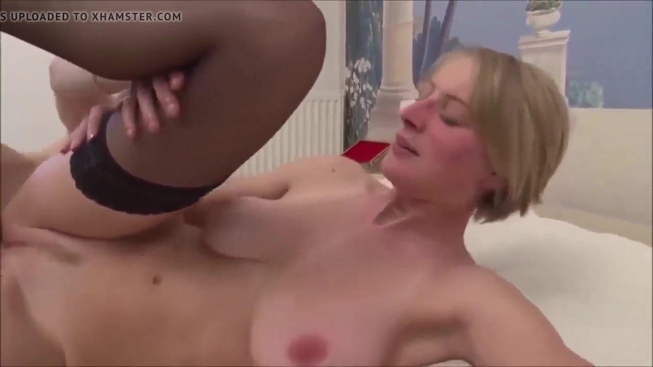 Зрелая блондинка с большими сиськами делает домашний минет в 69 позе