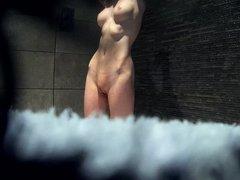 Стройная красотка перед любительской скрытой камерой принимает душ