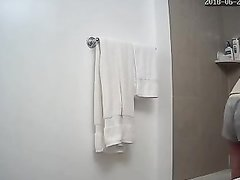Возбуждающее любительское подглядывание за кокеткой в ванной комнате