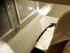 В примерочной любительская скрытая камера снимает шикарную даму