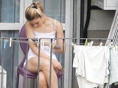 Любительское подглядывание за стройной молодой блондинкой на балконе