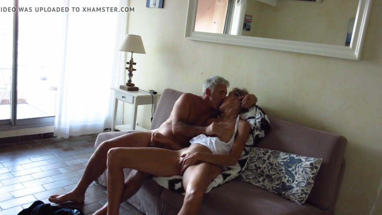 Перед скрытой камерой зрелой блондинка помогает любовнику дрочить член
