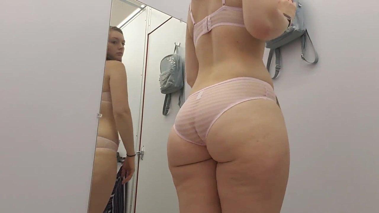 Блудница с большой попой примеряет эротическое нижнее бельё на камеру