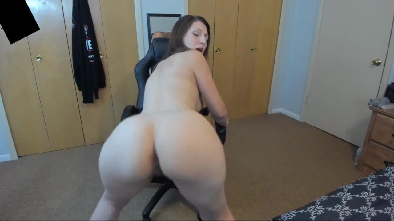 Зрелая дама по любительской вебкамере показывает большую попу