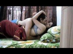 Индийская блудница строчит домашний минет и трахается с ухажёром