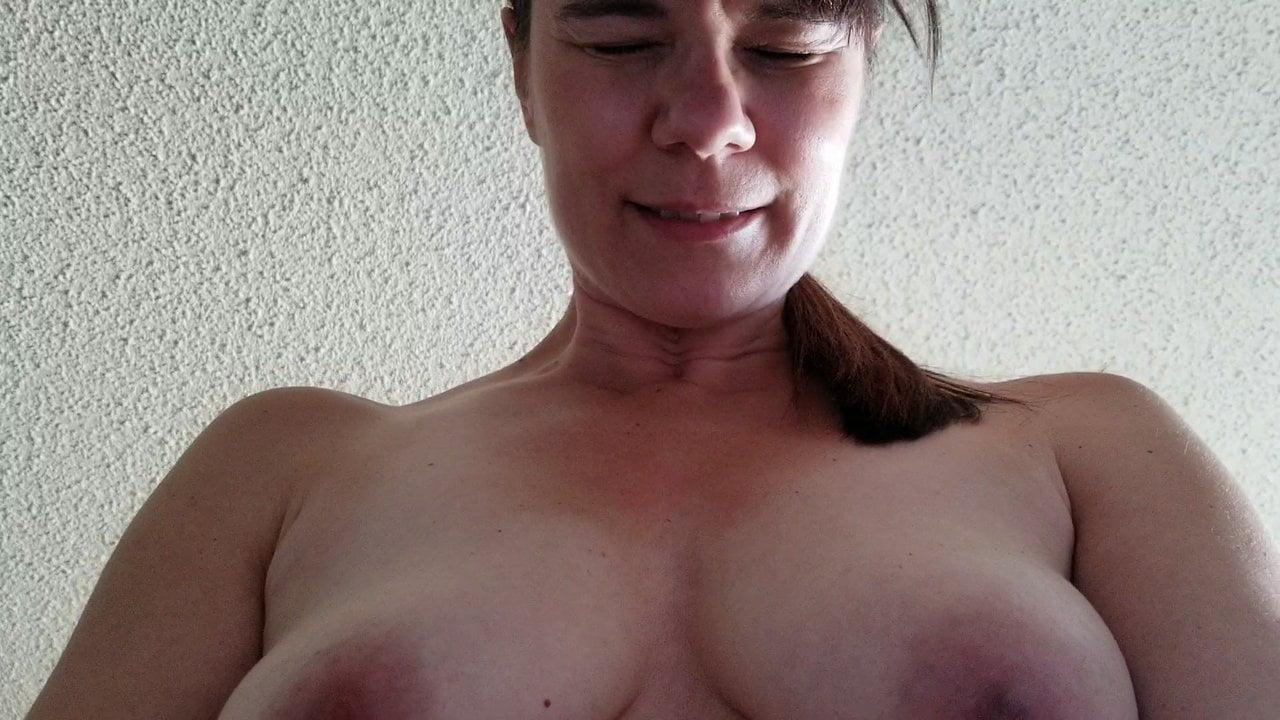 Рыжая зрелая домохозяйка трахается и мастурбирует волосатую киску