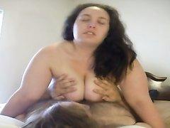 Толстая итальянская домохозяйка легла на любовника, а тот жадно трогает её большие сиськи, затем она усевшись скачет
