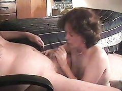 Зрелая английская домохозяйка сосёт пенис и трахается с умелым любовником