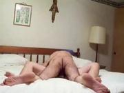 Супружеская пара на просторной постели по быстрому занялась домашним сексом в миссионерской позе