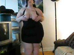 Толстая брюнетка в просвечивающем платье задирает его наверх, чтобы все могли смотреть на жирную попу и оголяет сиськи