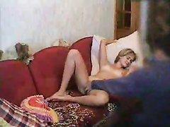 Молодой девушке захотелось домашней мастурбации, её любимый помог своей рукой, поиграв ею в волосатой киске